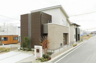 吹き抜けを採用した開放感溢れるリビングが魅力の家