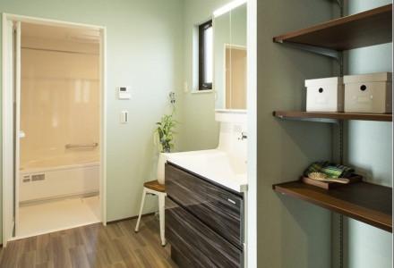 大容量のリネン収納棚を完備した洗面室