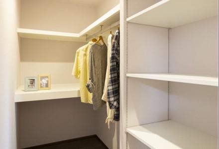 生活動線を考え階段を上がってすぐの場所へも大容量可能な収納を完備