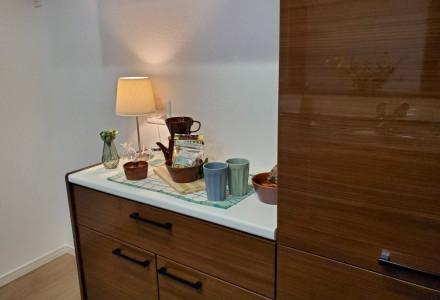 キッチンの背面には、デザインを統一した大型収納カップボードを装備