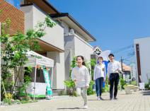 """複数の住宅メーカーが集まる「住宅展示場」は家づくりの第一歩!モデルハウスの""""見るべきポイント""""や""""情報を集めるコツ""""を整理しておきましょう"""